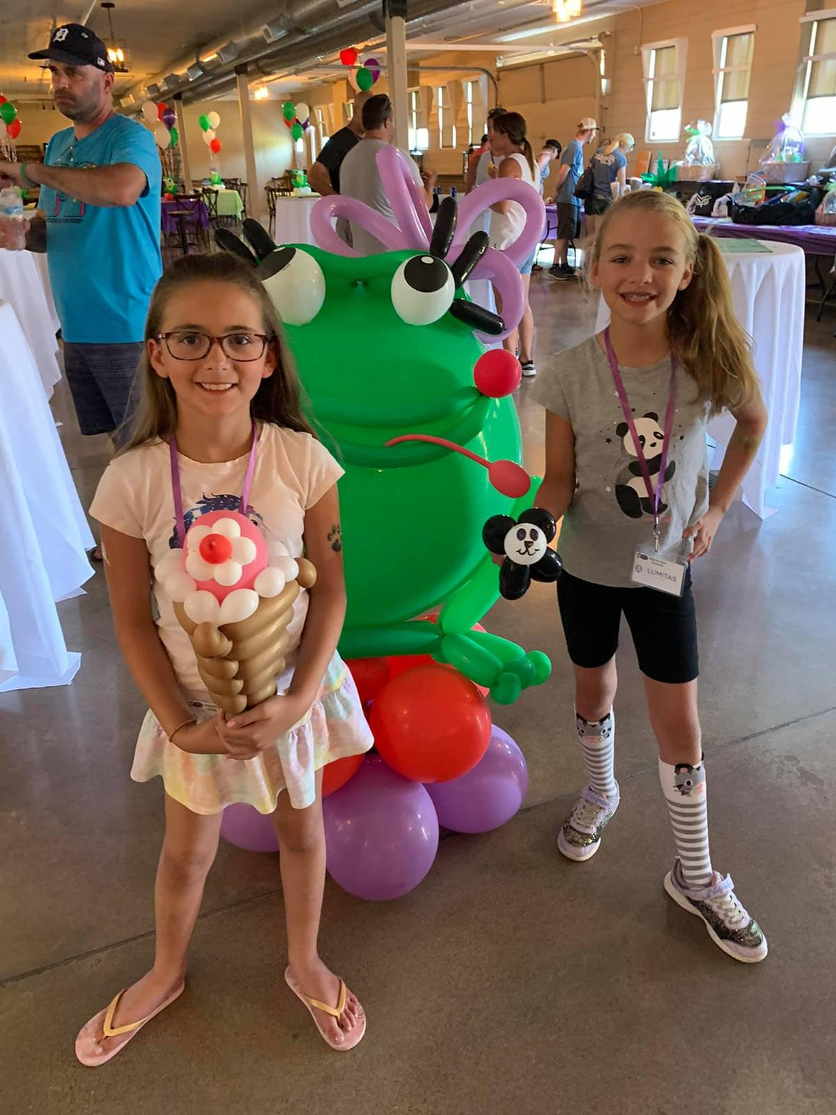 Kids with a large ballon of the frog